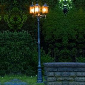 Mastleuchten erhellen Parks und Gartenanlagen