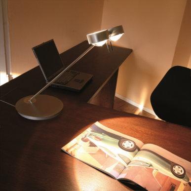 Gerichtetes Licht mit der Tischleuchte Puk Twin