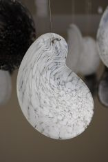 Element aus  weißem oder schwarzem Glas zur Leuchte weiß