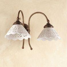Wandleuchte im Landhausstil - Keramik-Lampenschirme - Messingfarbig - 2-flammig