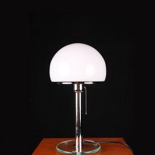 Klassiker und Design orientierte Tischleuchte  in chrom mit  Glasfuß und Opalglasschirm