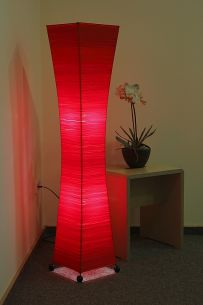 Stehleuchte aus Metall mit Bastfäden umwickelt und rot gefärbt