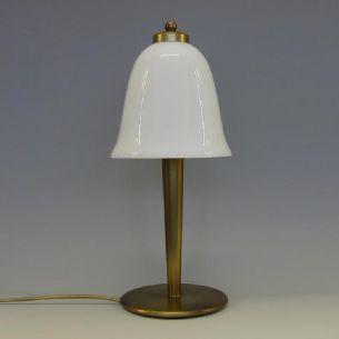 Tischleuchte in Altmessing mit weißem Opal-Glasschirm