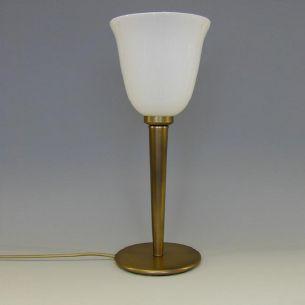 Tischleuchte in Altmessing mit nach oben geöffnetem Opal-Glasschirm
