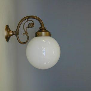 Wandleuchte in Altmessing mit weißer Opalglaskugel glänzend