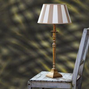 Tischleuchte mit Fuß in Messing antik und beige-cremefarbenen Schirm