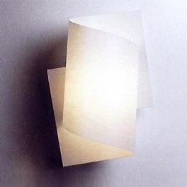 Puristische formschöne Wandleuchte mit Pfiff - Sockel in Buche, Maron-Öl oder Weiß lackiert wählbar