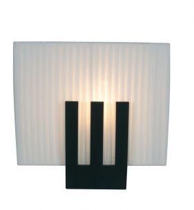 Tischleuchte aus weißem Kunststoff in Plissee-Optik, mit  schwarzem Leuchtenfuß aus Holz