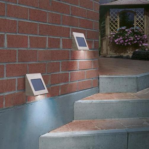 Solar- LED- Wandstrahler  aus massivem  Edelstahl mit  weißer Leuchtdiode
