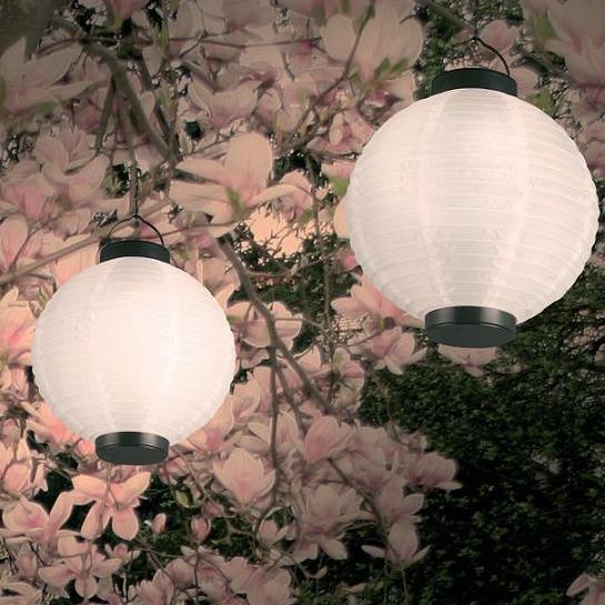 Solar- Lampion  aus  weißem Kunststoff  mit LED- Lichttechnik