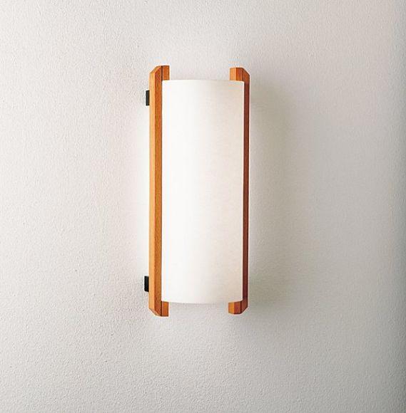 Wandlampe in schlichter Eleganz - präsentiert mit Buchen-Holz und Lunopalschirm